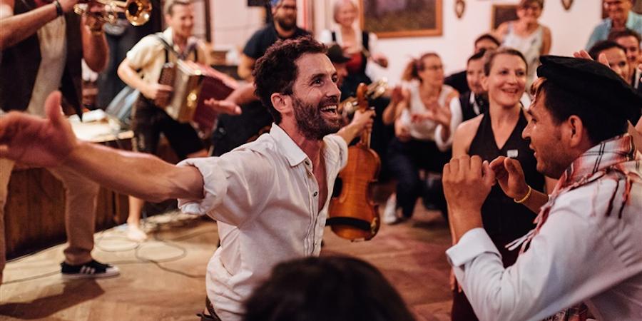 Simon Mayer wird den Salon der Heimatgefühle mit Geige & Tanz begleiten - und zum Mitmachen einladen.
